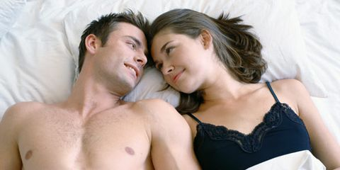 lelaki and woman with heads touching in bed