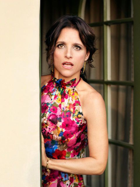 aktorka julia louis-dreyfus peeking around a door and looking surprised